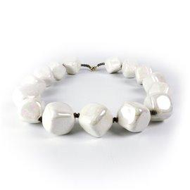 Collier fantaisie Kazuri céramique blanc irisé cubes 45cm