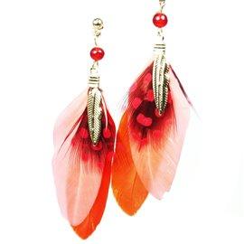Boucles d'oreilles pendantes Hippie Chic plume rouge Charlotte & Alexandre