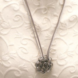 Collier fantaisie Périgrine rosace perle de verre grise sur estampe