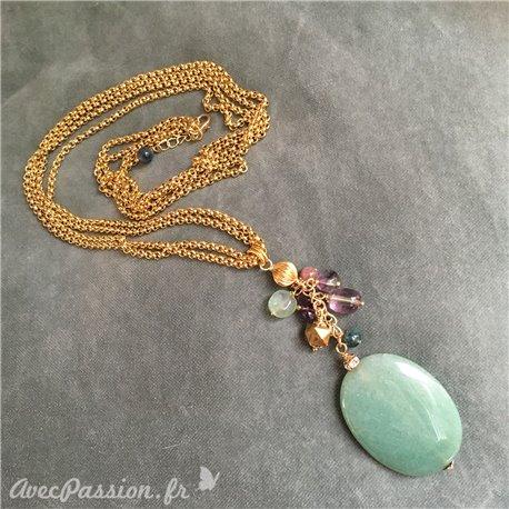 Sautoir double-rang avec pendentif en aventurine et grappe de perles semi-précieuses. Chaîne acier inoxydable. Longueur : 80 cm
