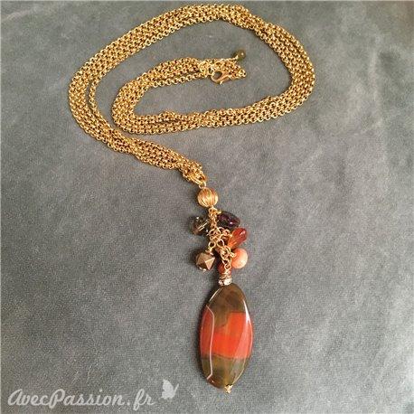 Sautoir double-rang avec pendentif en cornaline et grappe de perles semi-précieuses. Chaîne acier inoxydable. Longueur : 80 cm