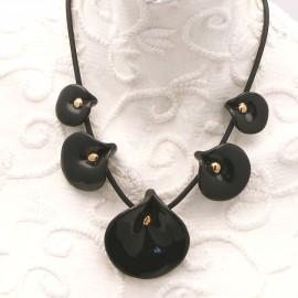 Collier fantaisie créateur Annie Burnotte arums céramique noir