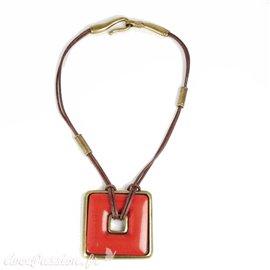 Collier fantaisie Ubu cuir marron médaillon carré rouge