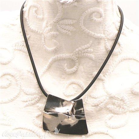 collier-fantaisie-chule-lien-noir-et-medaillon-argent-froisse-bijou-createur-chule-ref-00274