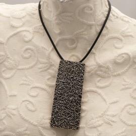 collier-fantaisie-chule-lien-noir-et-medaillon-rectangulaire-a-bijou-createur-chule-ref-00276