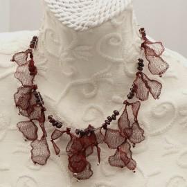 Collier ras de cou voile bordeaux sur cable