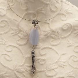 Collier torque médaillon en calcédoine bleu 12cm